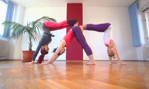 Позиции йоги для занятий втроем
