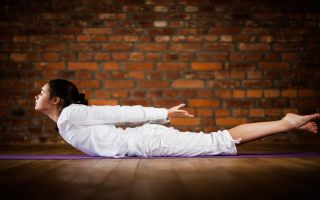 Выполнение позы йоги макарасаны (асана крокодил)