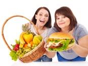 Девушка с гамбургером и корзиной фруктов