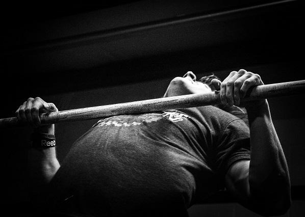 мужчина выполняет упражнения серый фон