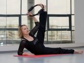 Женщина делает упражнение на ноги