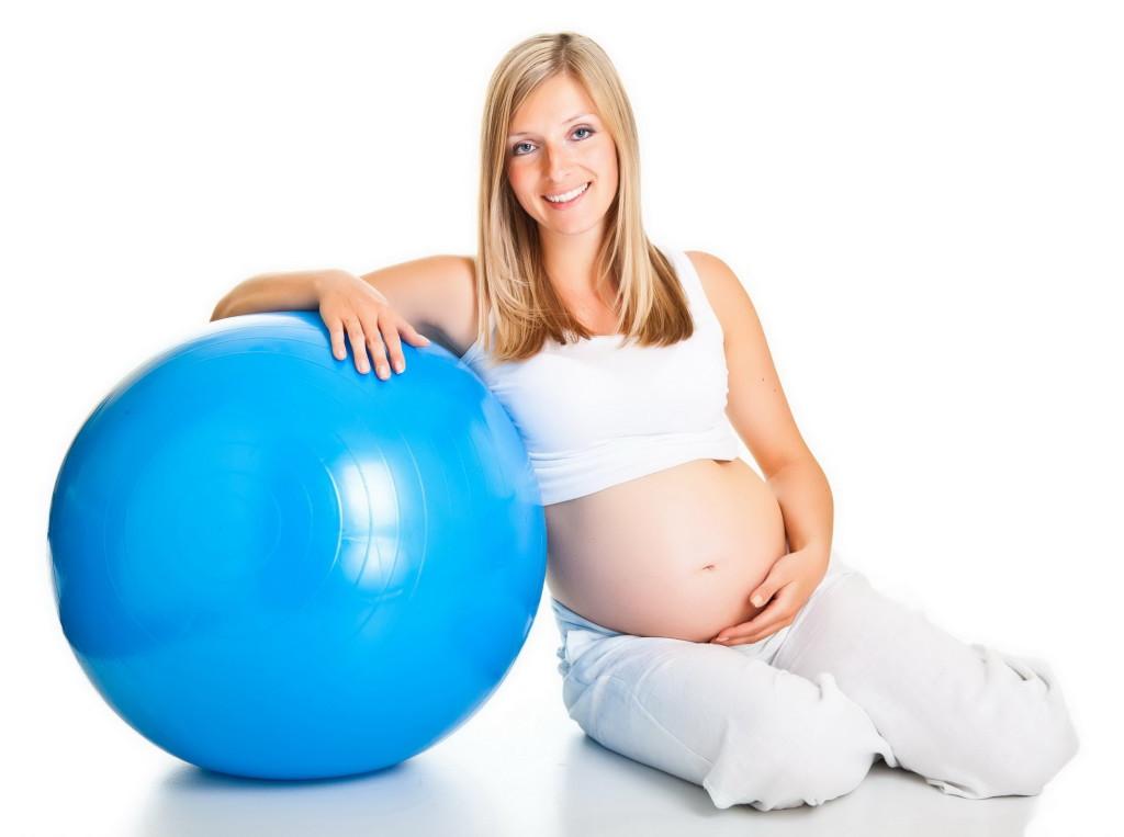 беременная девушка с надувным мячом