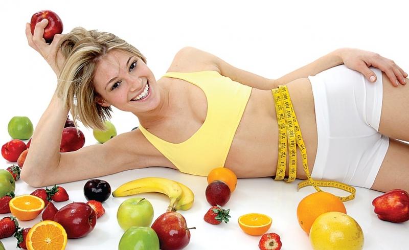 Красивая девушка с овощами и фруктами