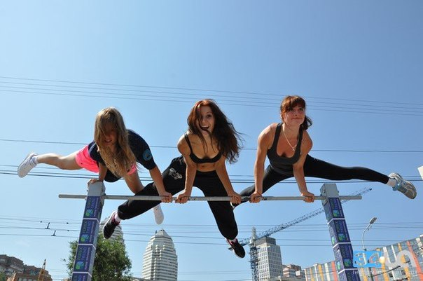 Три красивые девушки на турнике