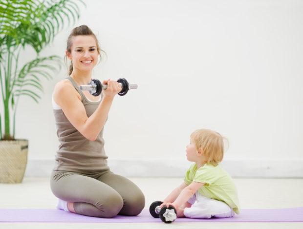 Мать и ребенок занимаются
