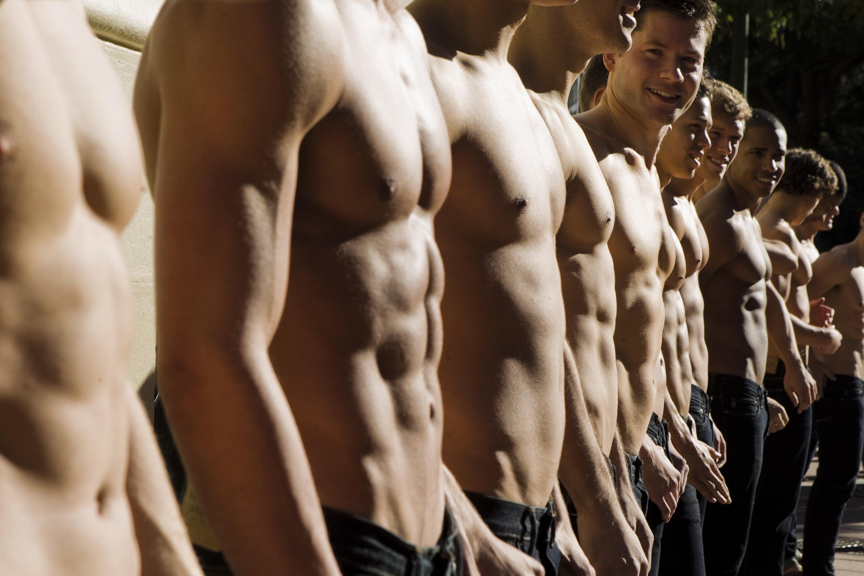Накаченные парни стоят в ряд