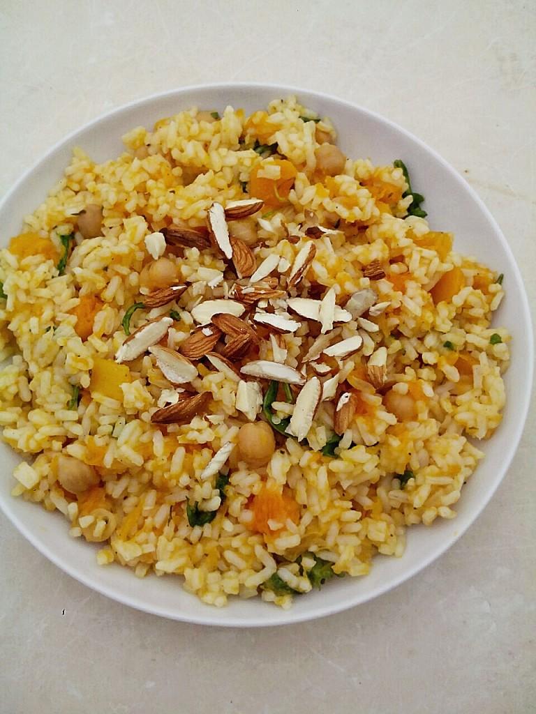 Золотой рис с орехами и сухофруктами