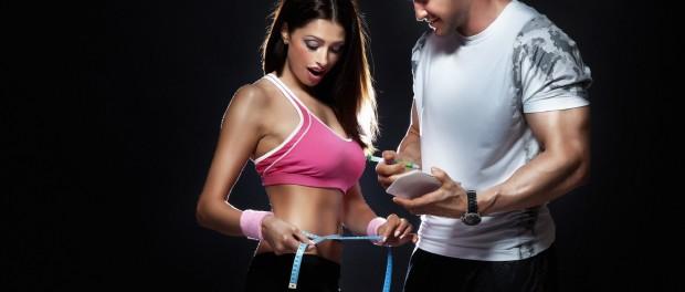 Девушка с сантиметром на талии и мужчина с блокнотиком в руках