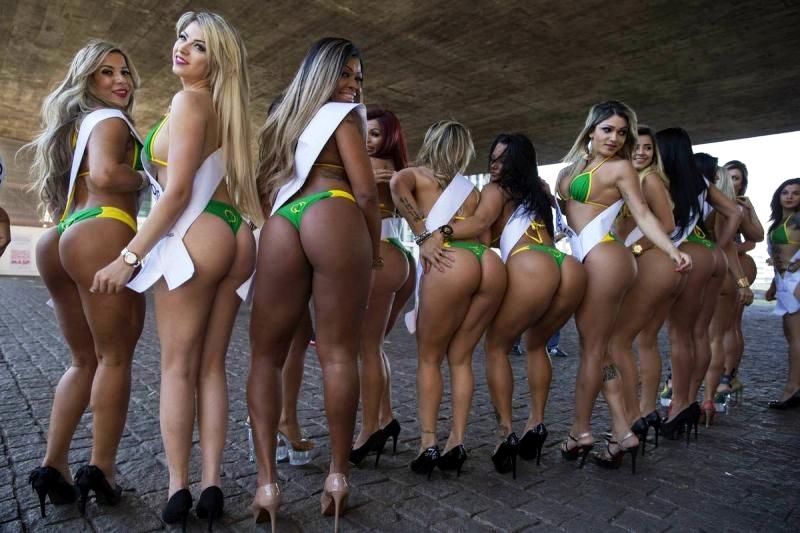 """BRA94. SAO PAULO (BRASIL), 03/08/2015.- Las candidatas al título de '""""Miss BumBum"""", concurso que escogerá la mejor cola femenina de Brasil, posan para la prensa hoy, lunes 3 de agosto de 2015, durante un acto para simular una votación popular en la avenida Paulista, en Sao Paulo (Brasil). EFE/SEBASTIAO MOREIRA"""