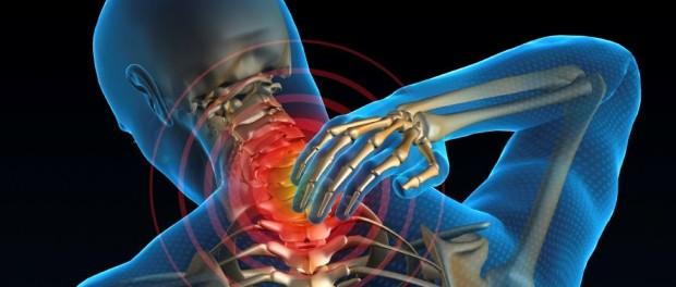 Синий 3D-человек с просвечивающим скелетом держится за болящую шею, симптомы шейного остеохондроза, лечение