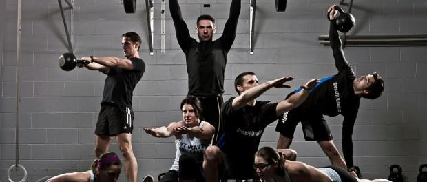 Спортивные девушки и парни выполняют различные упражнения с собственным весом и со свободными весами: приседания, отжимания, упражнения с гирями и штангой