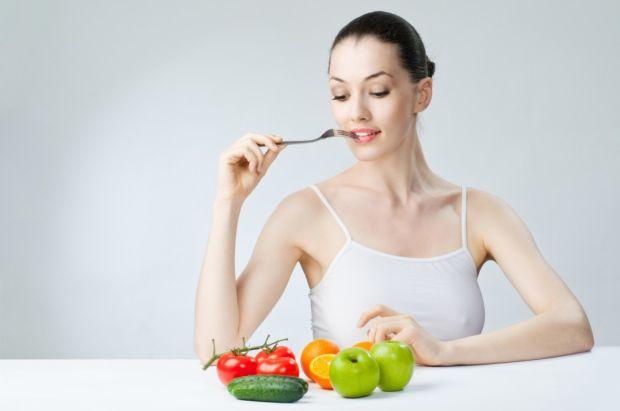 Девушка и фрукты на столе