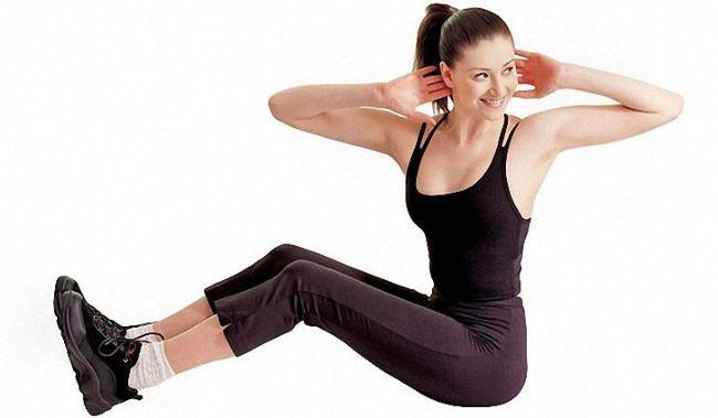 Девушка делает упражнения для похудения боков