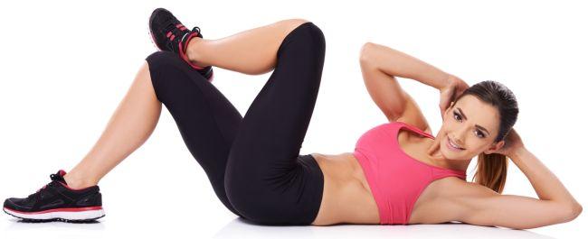 Девушка делает упражнение сушка «скручивание»
