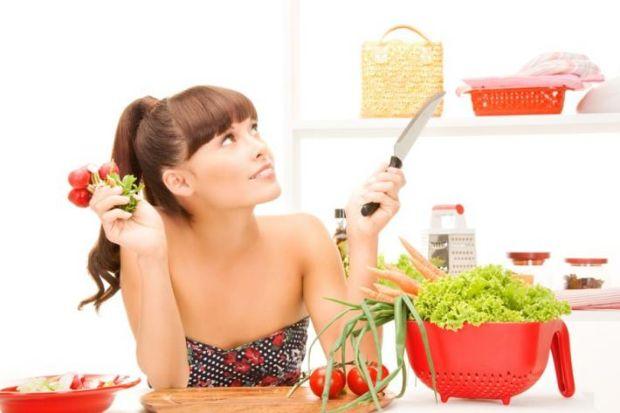 Девушка и продукты питания на столе