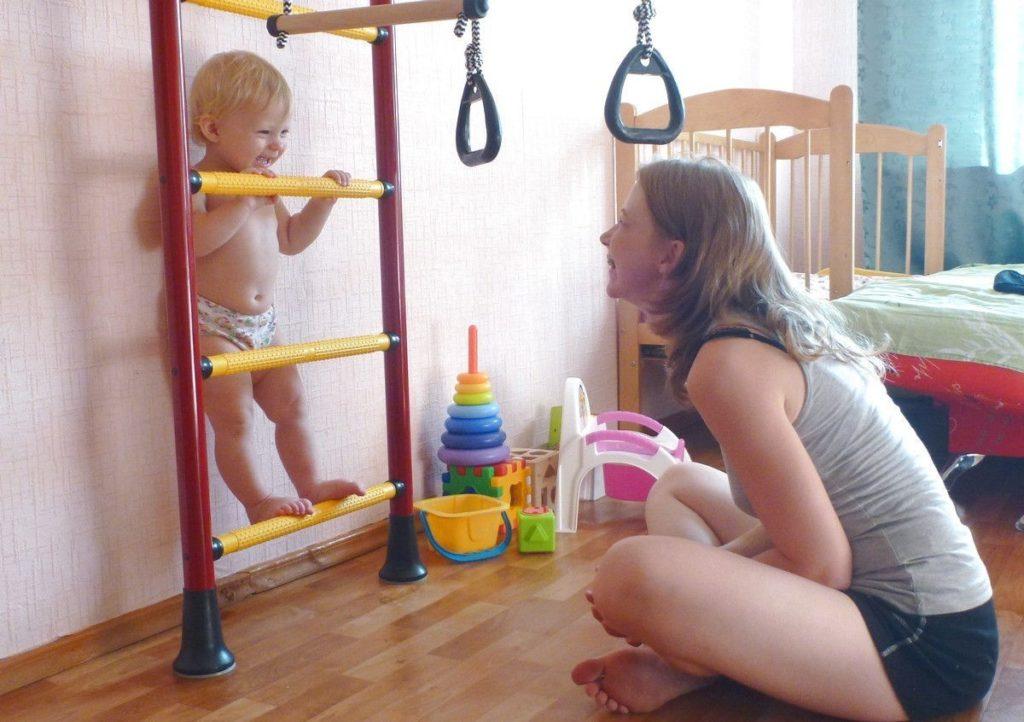 Малыш осваивает упражнения