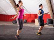 женщина и мужчина прыгают на скакалке в спортзале