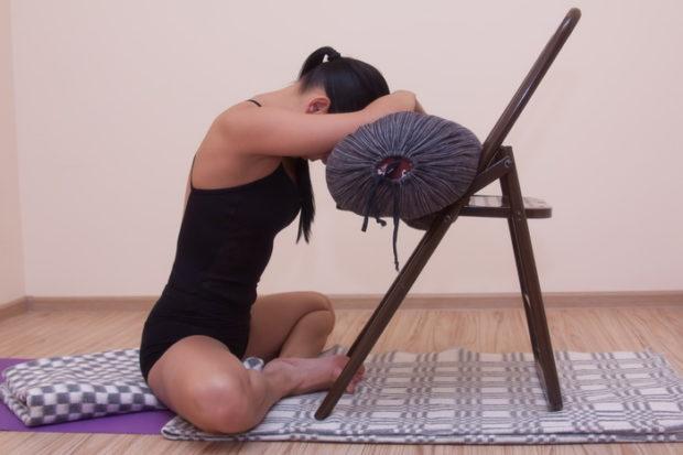 Баддха Конасана с упором на стул