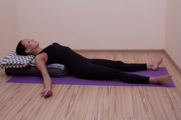 Шавасана в Айенгара йоге - на возвышении
