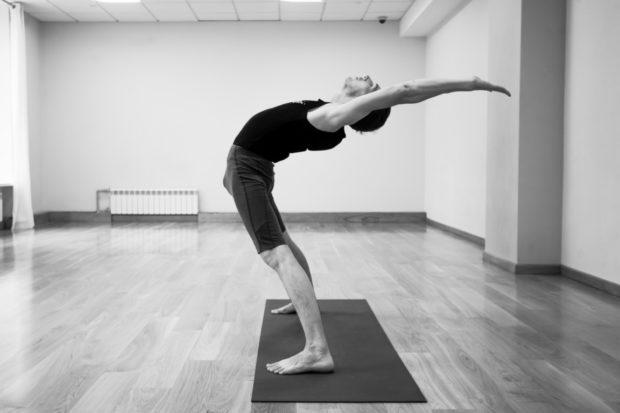 Ардха-Чакрасана способствует повышению гибкости