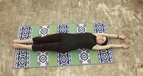Асана Ястикасана - растяжка лежа