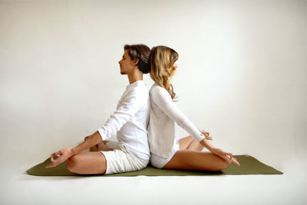 Парная йога начинается с совместного дыхания