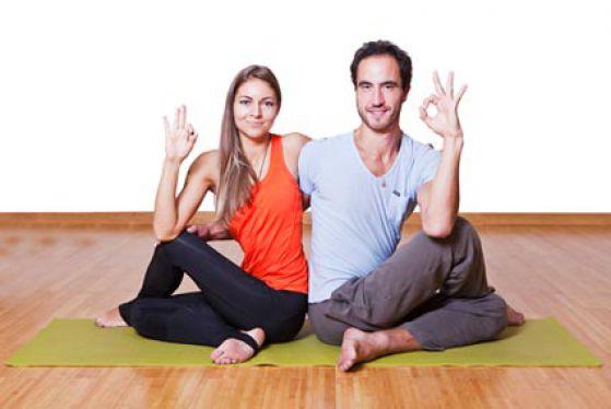 Партнерский поворот в парной йоге