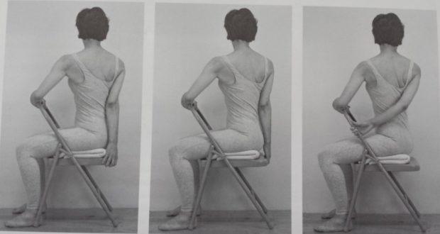 Бхарадважасана (скручивание) на стуле