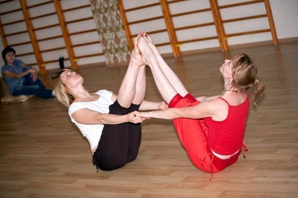Двойная лодочка в челледж йоге