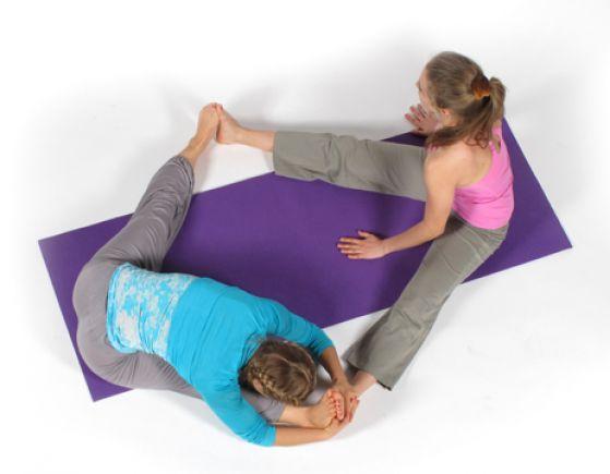 Двойное потягивание в парной йоге