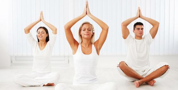 Кундалини йога выполняется с закрытыми глазами