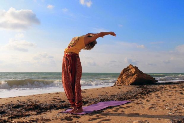 Упражнения Сурьи Намаскар у моря