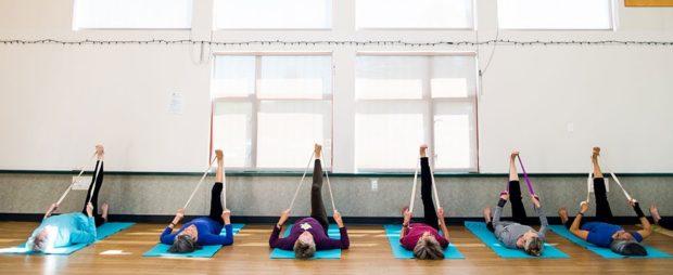 Занятие по йоге айенгара с ремнями