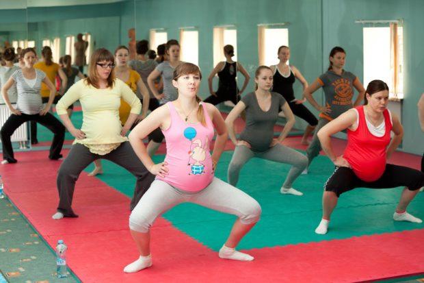 Занятие йогой беременных в зале