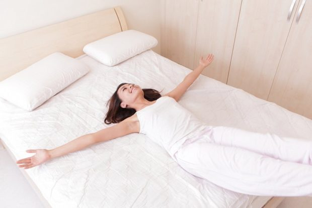 Йога для пробуждения в кровати