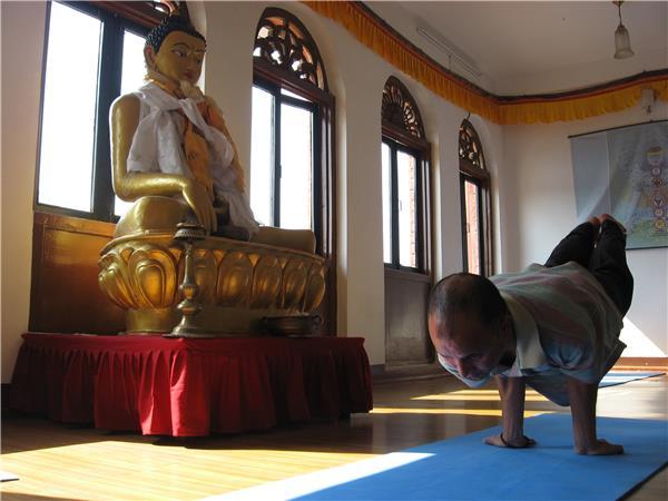 Тибетские йоги практикуют наедине