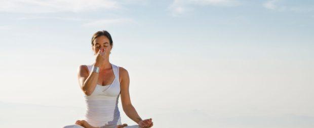 Выполнение дыхательных упражнений пранаямы