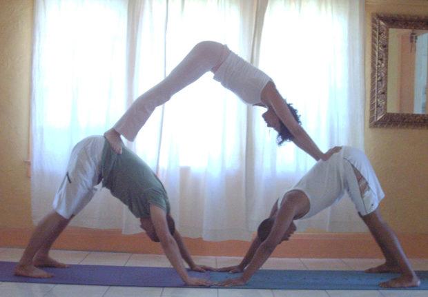 Асана йоги в доме