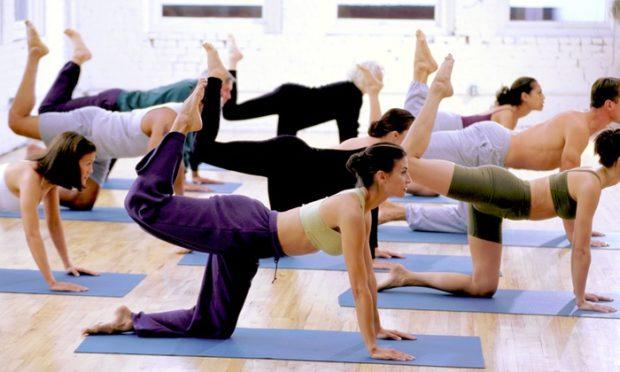 Занятие по йоге в зале