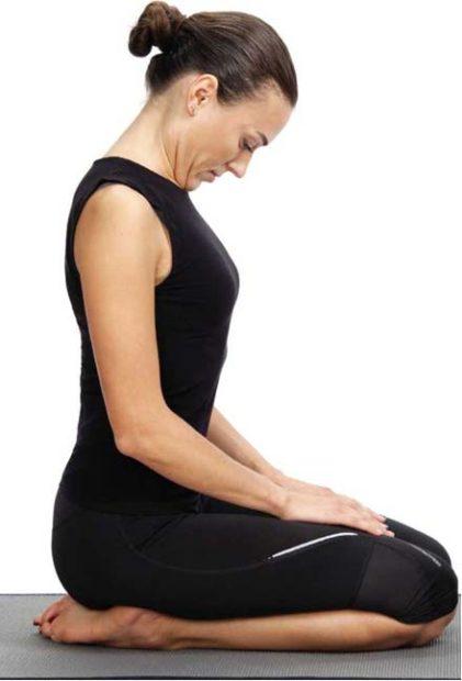 Джаландхара бандха - позиция на коленях