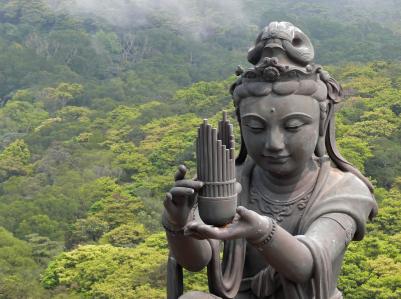 Большой Будда также практикует йогу