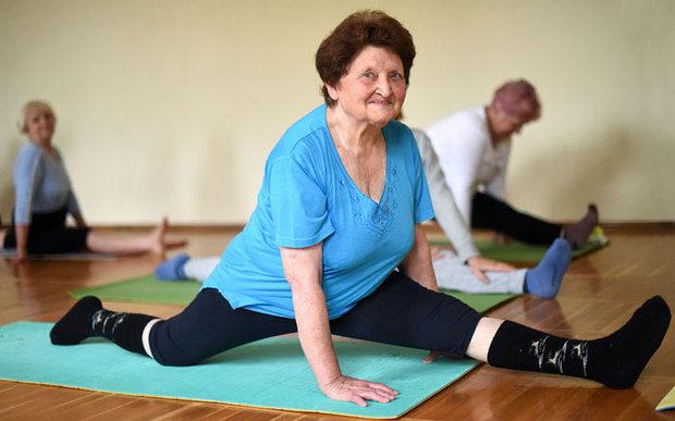 Занятие йогой для старших людей