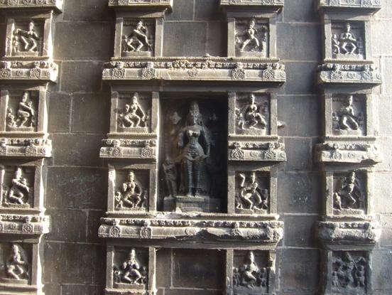 Фигуры Йогов на храме