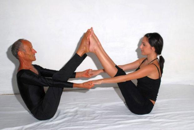 Асана Лодка в парной йоге