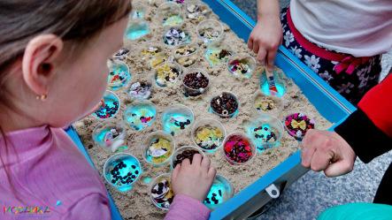 Су джок с песком и мелкими предметами