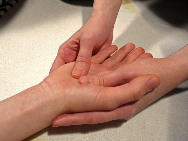 Начинают холистический массаж с рук