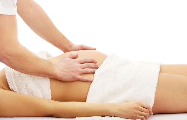 Осторожный массаж живота беременным