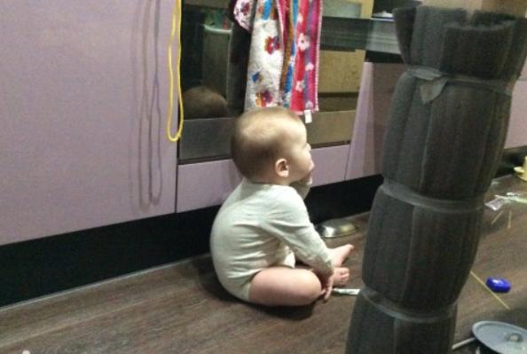 Ребенок сидит с круглой спинкой