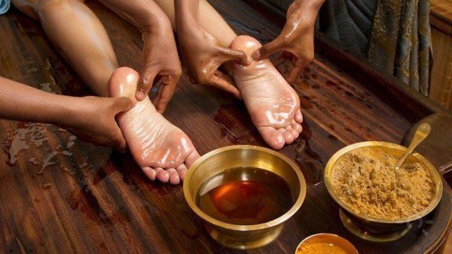 Массирование ног в тибетском массаже