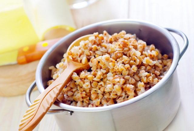 Порция запаренной гречки для диеты